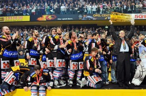 Coach LARRY HURAS holds the Nationalliga A championship trophy high above his head at the conclusion of his first season in charge of SC Bern in Switzerland. (Keystone photo)