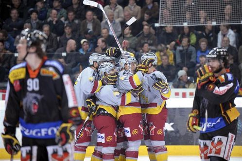 SC Bern's 19-year-old Swiss international defenseman ROMAN JOSI (90) looks away as Servette Geneva celebrate their overtime goal in Game Five of the Nationalliga A championship. (Keystone photo)