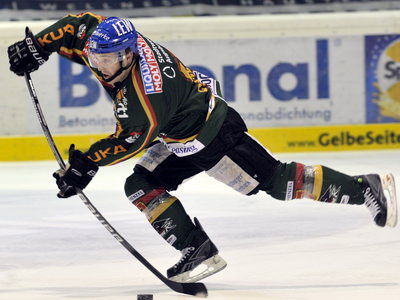 Augsburg attacker CHRIS COLLINS, who contested 89 American Hockey League games for the Providence Bruins (24 go 19 as, 43 pts, 87 pim) in two seasons, produced a hat trick to propel the Panthers past the Wolfsburg Grizzly Adams in the DEL semifinal series opener. (Siegfried Kerpf photo)