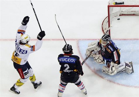 EHC Kloten forward MARK BELL (16) beats SC Bern goaltender MARCO BUEHRER (39) for the opening goal of Game Three in the Swiss Nationalliga A semifinals at the PostFinance Arena. SC Bern defenseman BEAT GERBER (2) eyes the puck in the back of the net. Bell, who twice topped the 20-goal mark for Chicago in the National Hockey League, scored 87 goals in 445 career NHL games for the Black Hawks, San Jose Sharks and Toronto Maple Leafs. (Keystone photo)
