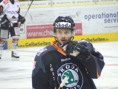 German defenseman CHRISTOPHER FISCHER (24) paced Wolfsburg offensively in Game Three of the DEL semifinals with a goal and three assists for the Grizzly Adams. (eishockey-magazin.de photo)
