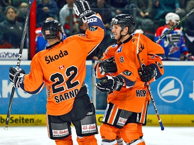 Erstwhile Edmonton Oiler PETER SARNO (22) celebrates with German Olympic forward KAI HOSPELT (8) for Wolfsburg Grizzly Adams. Wolfsburg became the first German team to advance to the semifinal stage of the Deutsche Eishockey Liga playoffs. (NDR photo)